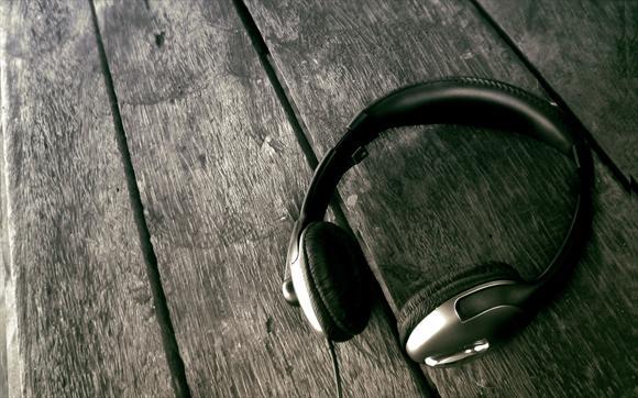 【优优配(www.uupei.com)】亲爱的朋友们,在上一篇配音知识设备篇中,我们一起了解了话筒的基本知识和挑选方法等内容,作为声音工作者我们都知道,在配音工作中,必须拥有相应的配音设备才能很好的进行配音工作,比如我们该使用什么话筒?什么耳机?怎样的声卡最适合?又该掌握哪些软件常识和相关操作方式?等等这些都是我们必须要认识到的。那么,今天我们接着来了解一下配音知识设备篇之--耳机。   耳机是个人音响,它的选择自然是个人问题,任何一个人的经验都是不能推而及广的。耳机的用途、使用耳机的时间和场所,自